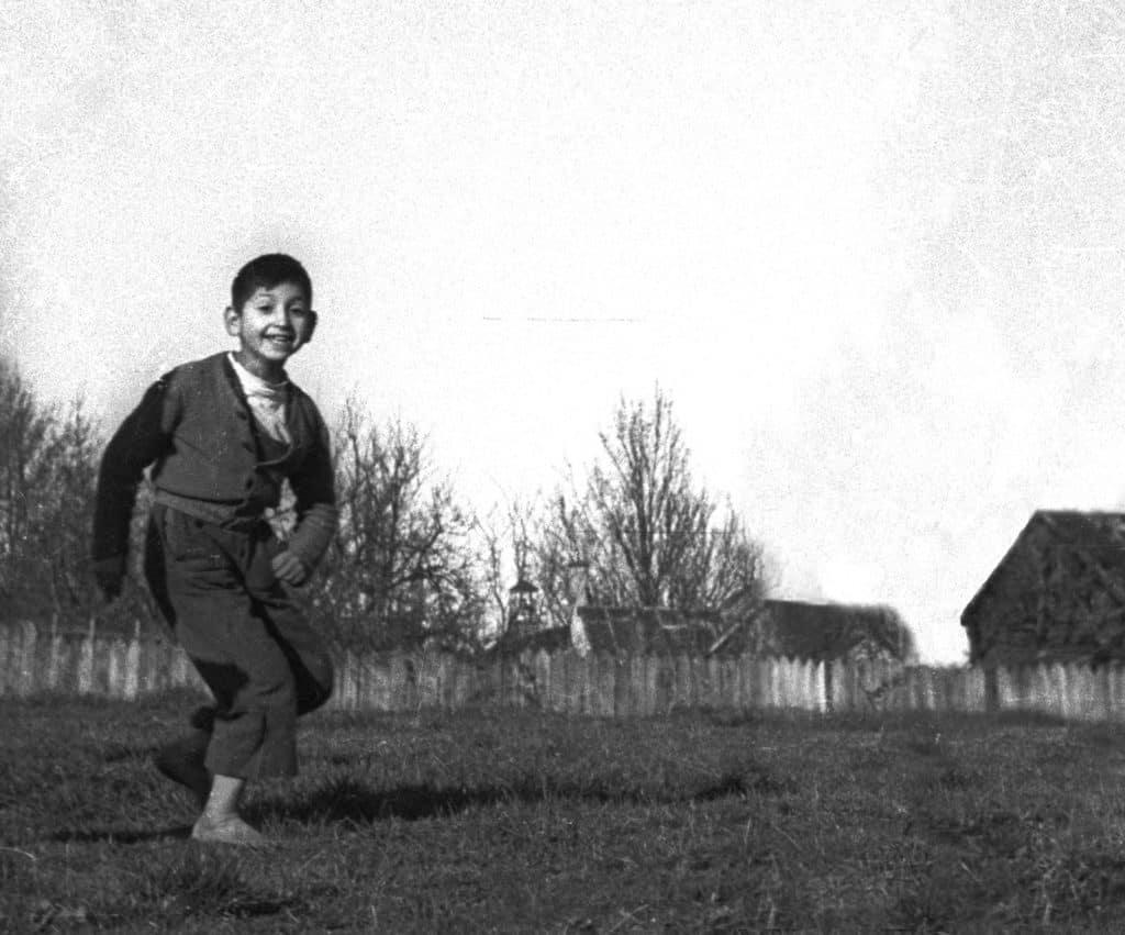 Niño corriendo en una pampa