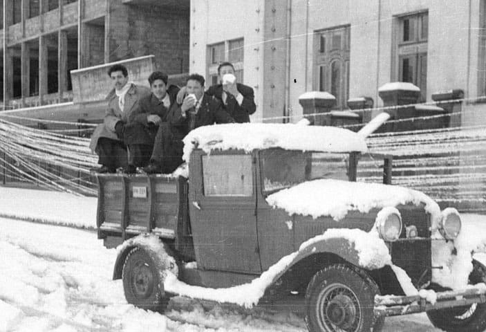 hombres sobre un camion comiendo nieve