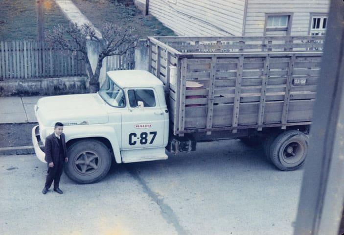 Hombre al lado de camión viendo arriba