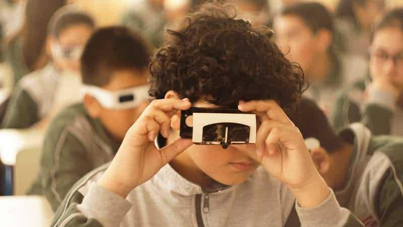 Alumno utilizando camara esteroscopica